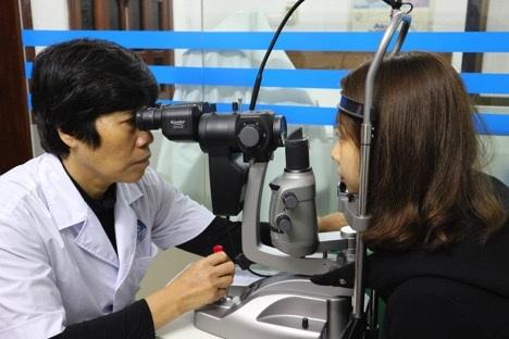 Ths. Bs. Hoàng Việt Nga thăm khám và tư vấn tại Phòng khám Chuyên khoa mắt 134 Bà Triệu