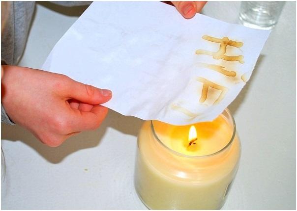 Mực vô hình từ nước chanh chỉ hiện lên khi được chiếu ánh sáng UV hoặc hơ lửa.