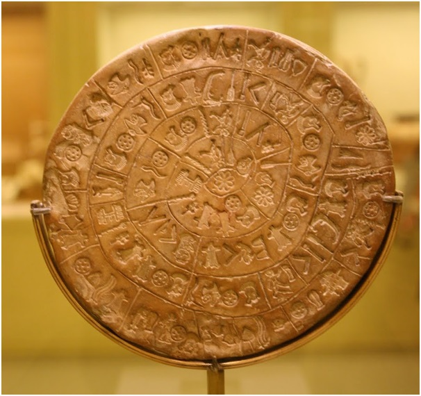Bí ẩn về mật thư trên chiếc đĩa Phaistos nổi tiếng với hệ thống tượng hình khó hiểu.