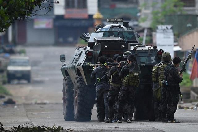Lực lượng đặc nhiệm Philippines chiến đấu với nhóm phiến quân tại Marawi (Ảnh: AFP)