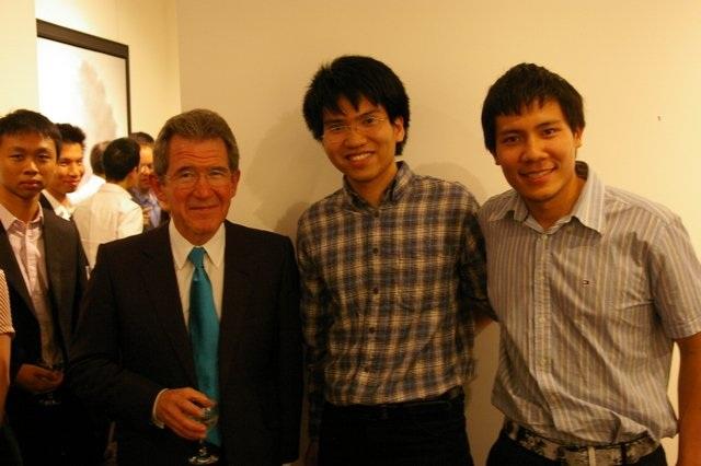 Mậu Tuấn (giữa) đang nghiên cứu tiến sĩ ở Viện công nghệ số 1 thế giới – MIT tại Mỹ.