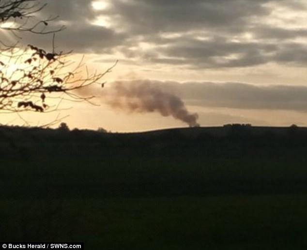 Cột khói đen được nhìn thấy từ hiện trường vụ rơi máy bay (ẢNh: SWNS)