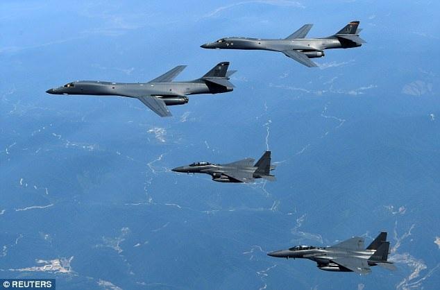 Hai máy bay ném bom B-1B của Mỹ diễn tập cùng máy bay F-15 của Hàn Quốc hồi tháng 6/2017. (Ảnh: Reuters)
