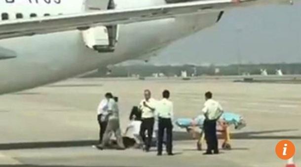 Nữ tiếp viên bị thương sau khi rơi khỏi máy bay (Ảnh: SCMP)