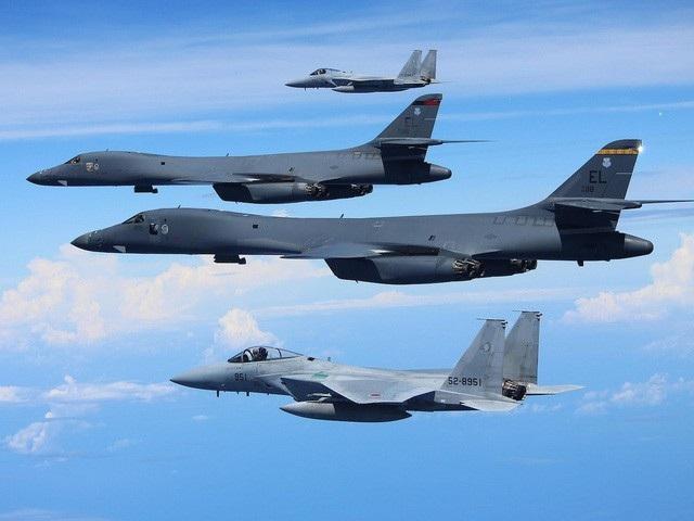 2 máy bay ném bom B-1B của Mỹ tập trận cùng 2 máy bay F-15 của Hàn Quốc (Ảnh: Reuters)
