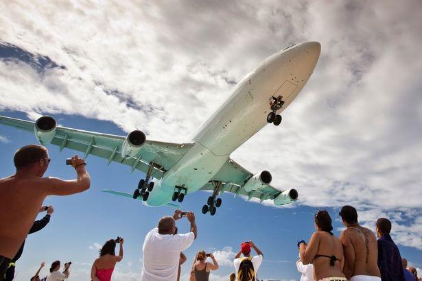 Bãi biển Maho là nơi chứng kiến cảnh máy bay lượn sát ngay trên đầu