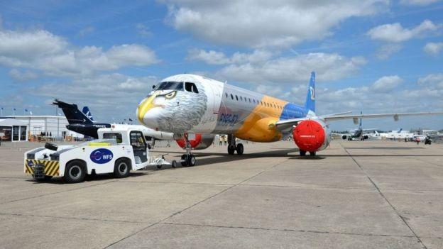 Mẫu máy bay E195 mới nhất của hãng Embrarer (Brazil) xuất hiện tại triển lãm hàng không Paris 2017 (Ảnh: BBC)