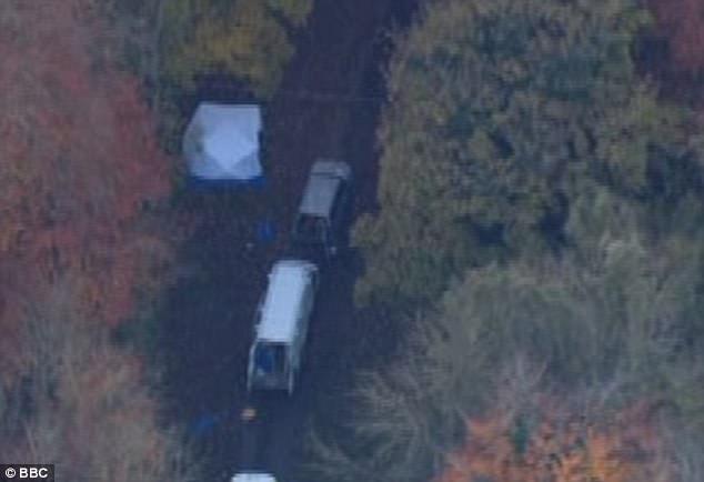 Các xe cứu hộ tiếp cận một bộ phận của máy bay rơi. (Ảnh: BBC)
