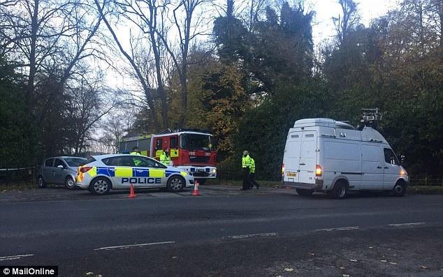Cảnh sát, xe cứu hỏa và cứu thương được điều động tới hiện trường (Ảnh: Mail Online)
