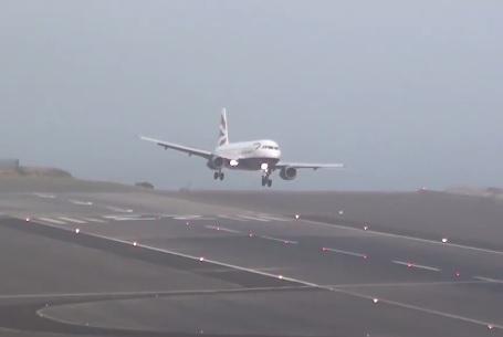 Máy bay bị xô nghiêng khi cố gắng hạ cánh trong điều kiện gió mạnh