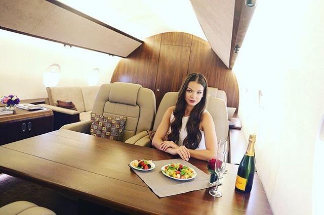 Một nữ hành khách chụp ảnh sống ảo (Ảnh: Instagram/Private Jet)