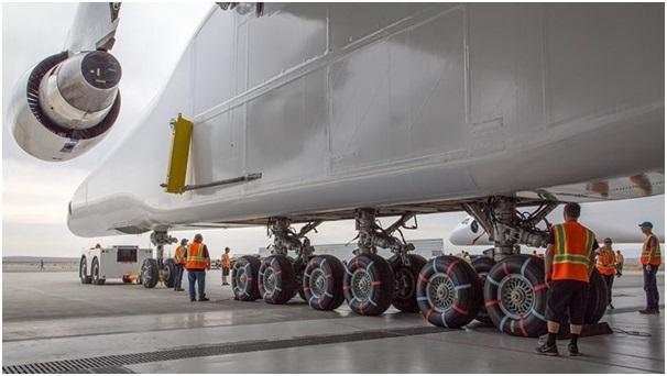 Chiếc Stratolaunchdi chuyển trên mặt đất nhờ 28 bánh xe.