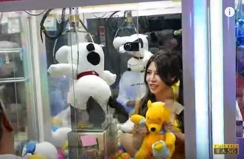 Hình ảnh thiếu nữ ngồi trong máy gắp thú bông gây phản cảm với người dân Đài Loan. (Ảnh: SG)