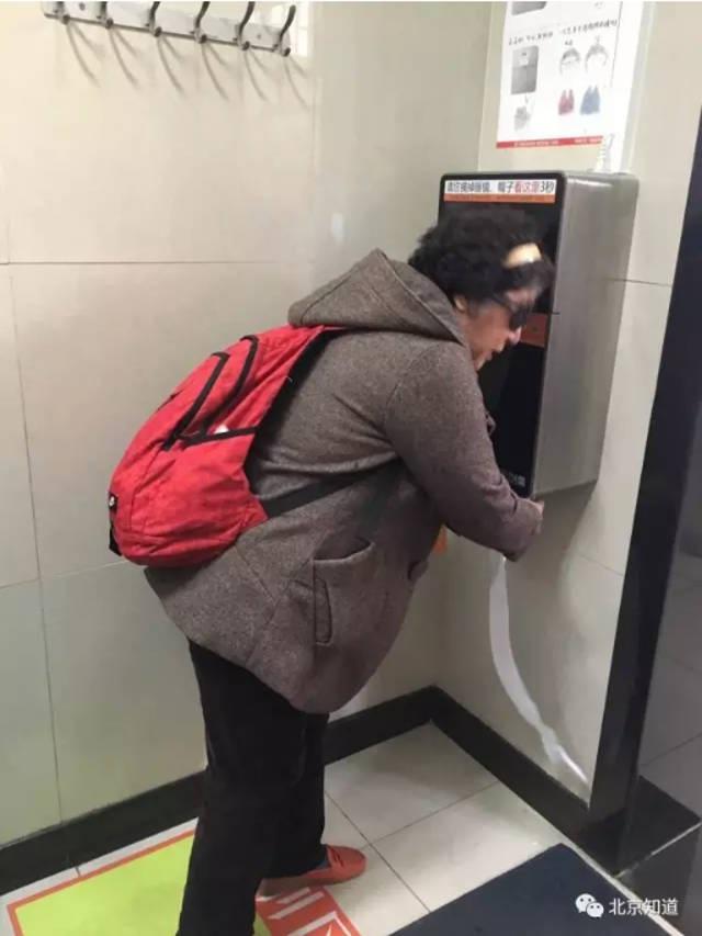 Đặt máy scan khuôn mặt trong toilet công cộng để chống trộm giấy vệ sinh - 2
