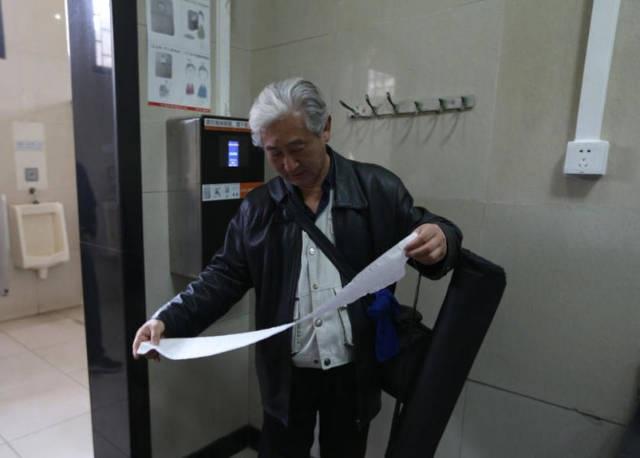 Đặt máy scan khuôn mặt trong toilet công cộng để chống trộm giấy vệ sinh - 4
