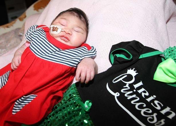 Phút cuối cùng của bà mẹ đau khổ với con gái mới sinh có não ngoài hộp sọ - 4