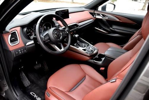 Mazda CX-9 cách đây không lâu đã được xướng tên trong Top 10 động cơ xuất sắc nhất năm 2017 của Wards và giờ đây là Top 10 nội thất. Các biên tập viên đánh giá xao sự tiện nghi của hàng ghế thứ 3, việc sử dụng khéo léo chất liệu crôm, đệm đầu gối chạy dọc cụm điều khiển, phối màu ghế da...