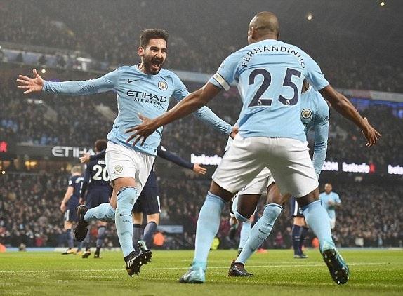 Các cầu thủ Man City ăn mừng bàn thắng mở tỉ số vào lưới Tottemham trong trận đấu cuối tuần qua