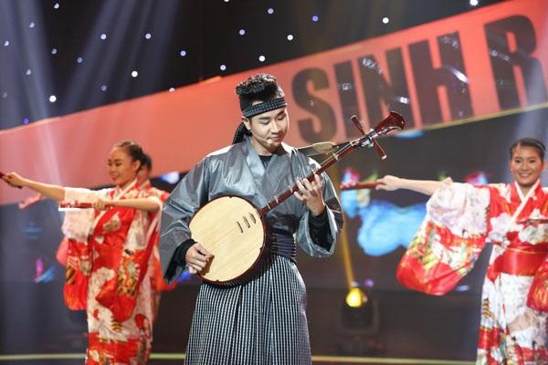 Phần biểu diễn của MC Nguyên Khang.