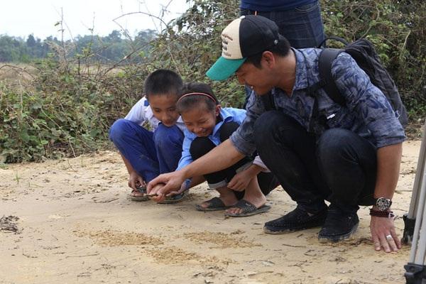 MC Phan Anh lắng nghe tâm sự của trẻ em ở Hương Khê, Hà Tĩnh sau cơn lũ đi qua.