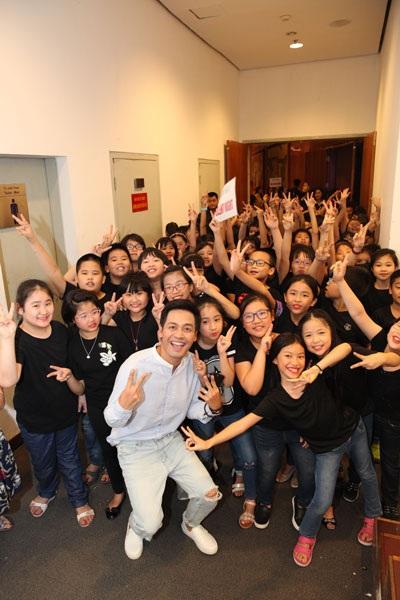 MC Phan Anh quậy cùng các em nhỏ.