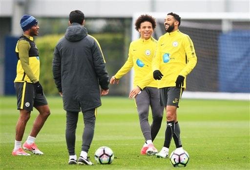Các cầu thủ Man City tươi cười trên sân tập chuẩn bị cho trận đấu bù gặp West Brom
