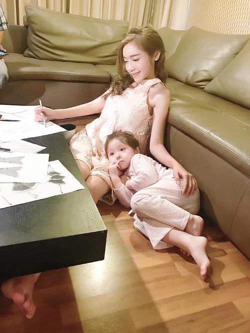 Elly Trần khoe ảnh con gái Cadie ngoan ngoãn gối đầu lên đùi mẹ khi mẹ làm việc, cô viết: Mẹ thương em bằng việc cố gắng làm. Em thương mẹ bằng việc cố gắng ngoan. Đôi khi yêu thương chỉ là được ở kề bên nhau là đủ.