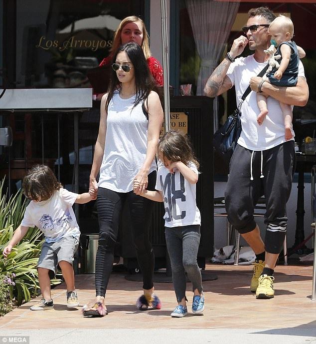 Megan Fox cùng chồng và ba con trai xuống phố, ngày 10/7.