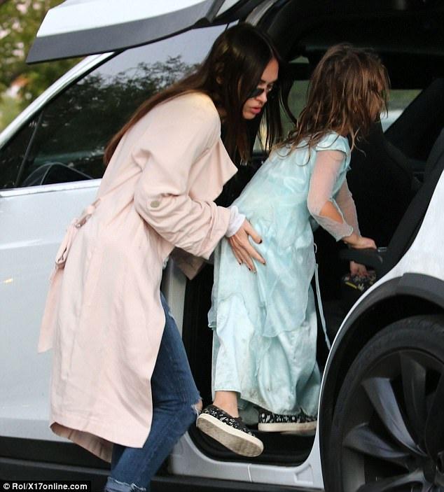 Megan Fox giúp con trai Noah lên xe ô tô. Bà mẹ nổi tiếng luôn ưu tiên gia đình và các con.