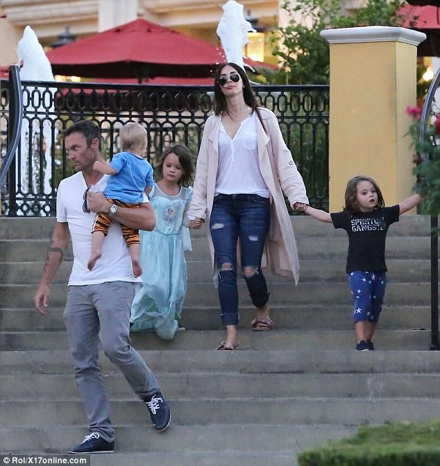 Megan Fox và ông xã Brian Austin Green thu hút giới ăn tin khi đưa ba cậu con trai ra phố vào ngày 4/10 vừa rồi.