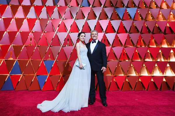 Nam diễn viên 61 Mel Gibson đưa bạn gái 9X Rosalind Ross dự lễ trao giải Oscarr. Ông được đề cử ở hạng mục đạo diễn xuất sắc nhất với phim Hacksaw Ridge