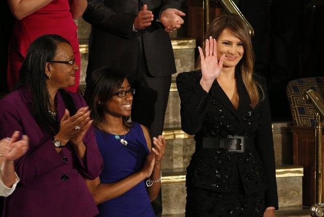 Đệ nhất phu nhân Melania Trump vẫy chào các quan khách. (Ảnh: Reuters)