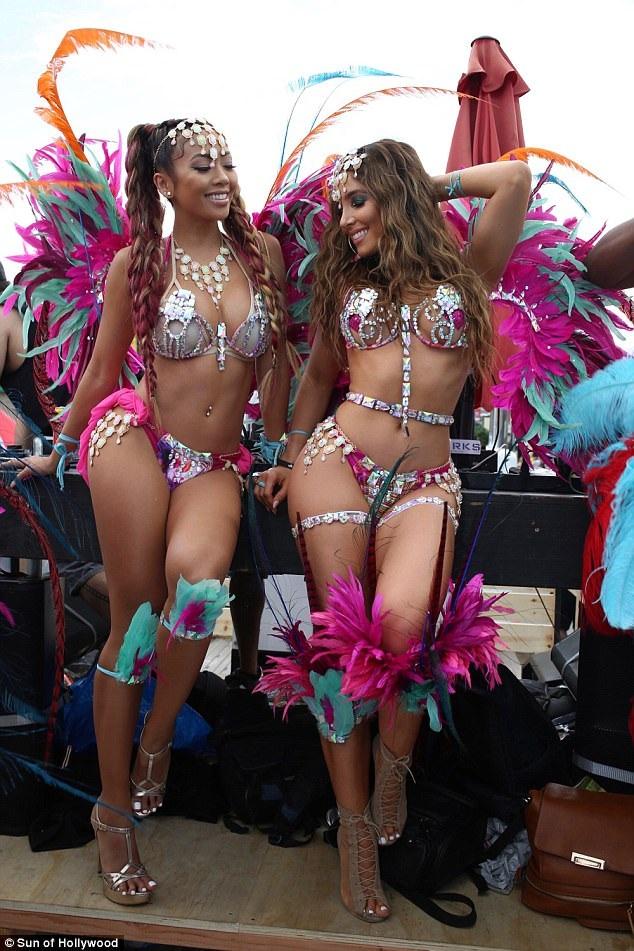 Người mẫu Melissa Molinaro (phải) - người từng được coi là bản sao của Kim siêu vòng ba ăn vận gợi cảm dự lễ hội Carnival diễn ra tại Hollywood ngày 28/6 vừa qua