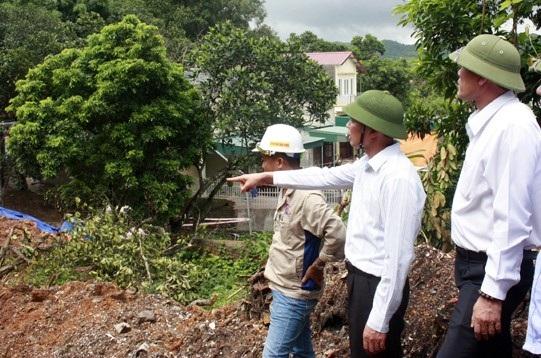 Ông Vũ Văn Diện, Phó Chủ tịch UBND tỉnh Quảng Ninh yêu cầu TP. Cẩm Phả phải di dời dân ra khỏi vùng nguy hiển, khắc phục nhanh sự cố (ảnh Cổng Thông tin điện tử tỉnh Quảng Ninh)