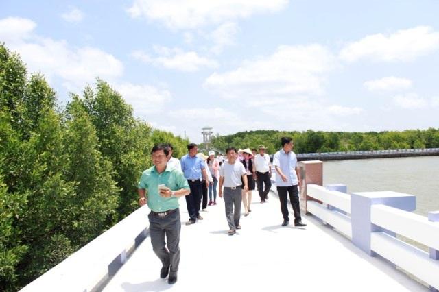 Du khách tham quan du lịch tại Mũi Cà Mau. (Ảnh: Trung tâm thông tin xúc tiến du lịch Cà Mau)