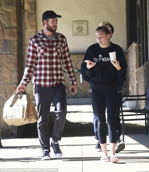 Miley Cyrus và bạn trai Liam Hemsworth đi mua sắm ở Malibu ngày 7/1 vừa qua