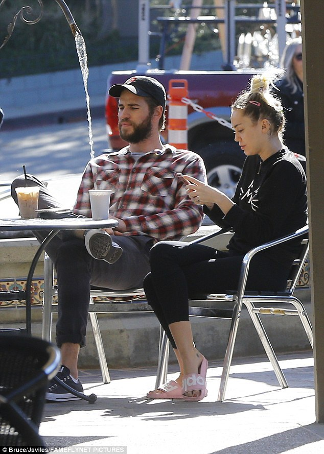 Nữ diễn viên kiêm ca sỹ 24 tuổi và bạn trai trông rất thư thái và bình yên bên nhau