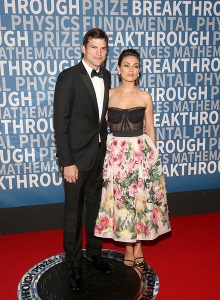 Đây là lần hiếm hoi nữ diễn viên phim Thiên nga đen sánh đôi cùng chồng trên thảm đỏ