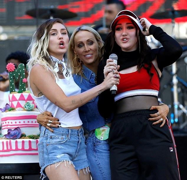 Miley cùng mẹ ruột và em gái cùng đứng trên sân khấu. Cô em gái Noah của cô cũng theo chân chị trở thành một ca sĩ trẻ.
