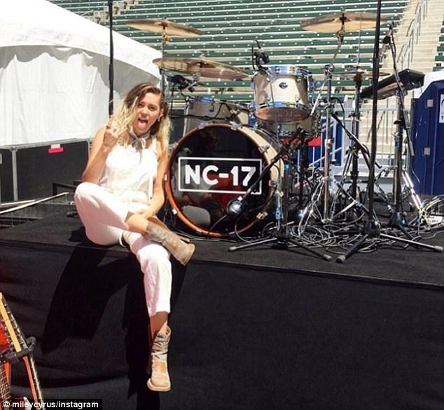 Miley chụp hình trước show diễn và chia sẻ trên trang cá nhân.