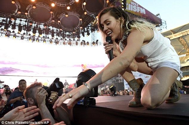 Nối lại với Liam, Miley thay đổi rất nhiều. Cô không còn là cô ca sĩ nổi loạn với những bộ trang phục khiêu khích trên sân khấu và phát ngôn gây sốc trên mạng xã hội.