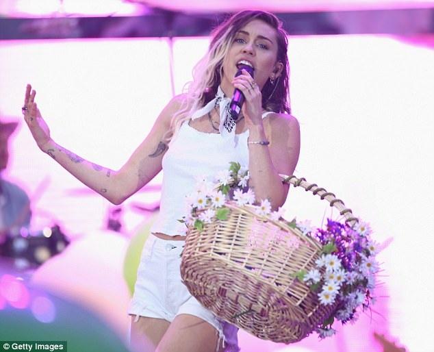Miley Cyrus đầy nhiệt huyết khi trở lại sân khấu - 5