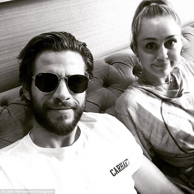 """Hiện tại, Miley đang bận rộn kêu gọi fan bình chọn cho mình tại lễ trao giải Teen Choice Awards còn Liam thì đang chuẩn bị tham gia bộ phim hài tình cảm """"Isnt It Romantic"""" cùng các Rebel Wilson, Tom Ellis, Priyanka Chopra, Betty Gilpin và Adam Devine."""