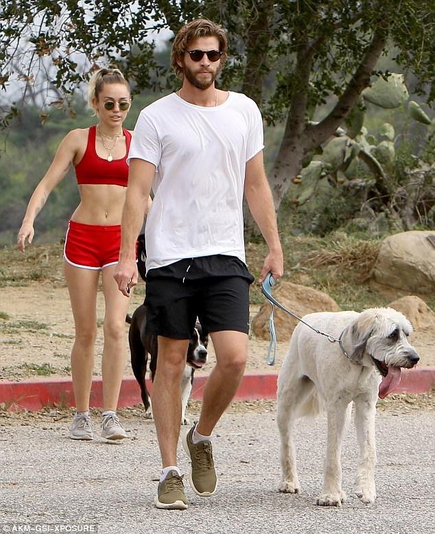 Miley Cyrus và bạn trai Liam Hemsworth nổi bật khi đi tập thể dục ngày 9/4 vừa qua tại Los Angeles