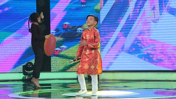 Minh Chiến mặc áo dài cách tân nhún nhảy điêu luyện theo điệu nhạc khiến cả Ban giám khảo hưởng ứng theo.