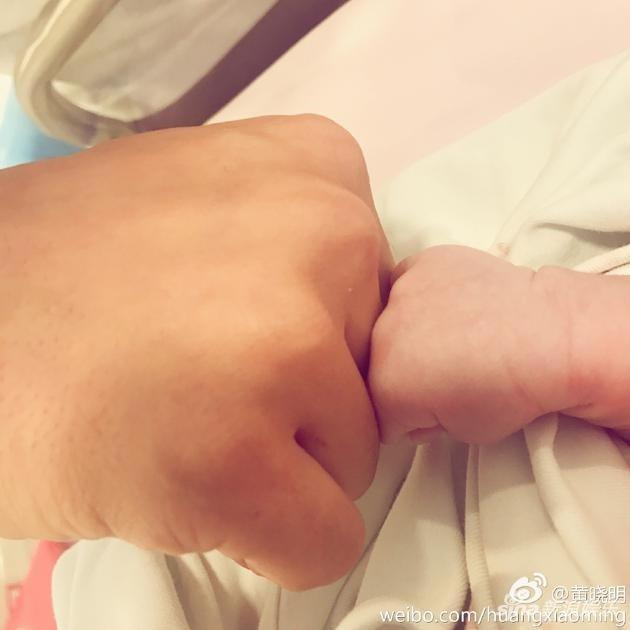 Hình ảnh đầu tiên về quý tử nhà Angelababy và Huỳnh Hiểu Minh được đăng tải trên trang cá nhân của nam diễn viên nổi tiếng.