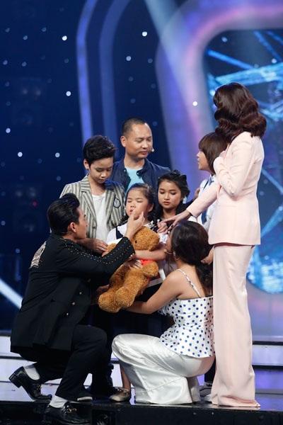 Các giám khảo và thí sinh bịn rịn chia tay Minh Hiền.