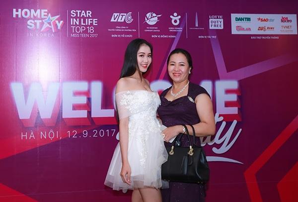 Mẹ của thí sinh Trân Châu đã bay từ miền Trung ra Hà Nội để ủng hộ con gái đi thi