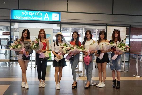 Để chào đón các thí sinh từ miền Trung và miền Nam, các thí sinh miền Bắc đã di chuyển tới sân bay Nội Bài.