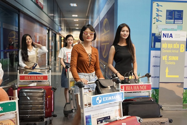 Các thí sinh Miền Nam đã rất bất ngờ khi thấy các thí sinh Miền Bắc ra sân bay chào đón